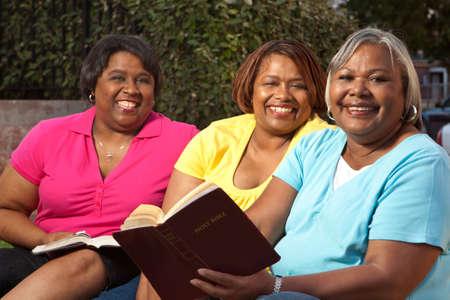 Oudere groep vrouwen praten en lezen.