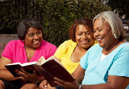 Gruppo di donne mature che parlano e che leggono.