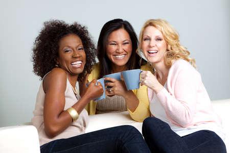 커피 얘기하고 마시는 여성의 다양 한 그룹입니다.