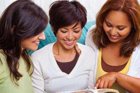 読むことや話す女性の多様なグループです。