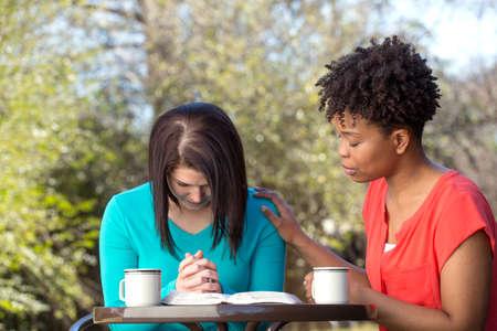 Przyjaciele czytają, modlą się i uczą się razem.