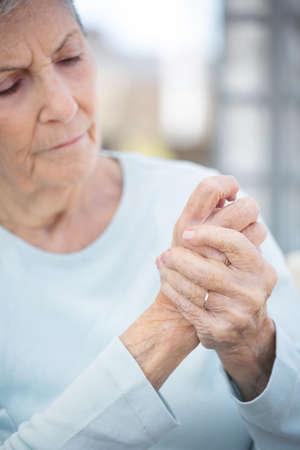 Elderly woman with arthritis. Imagens