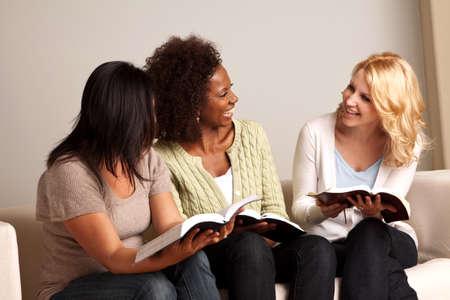 Zróżnicowana grupa kobiet w małej grupie.