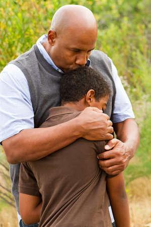 Padre consolando a su hijo. Foto de archivo