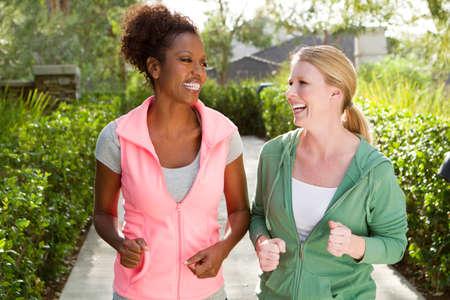 Amigos hablando y haciendo ejercicio. Foto de archivo