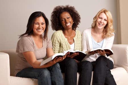 Zróżnicowana grupa kobiet w małej grupie. Zdjęcie Seryjne