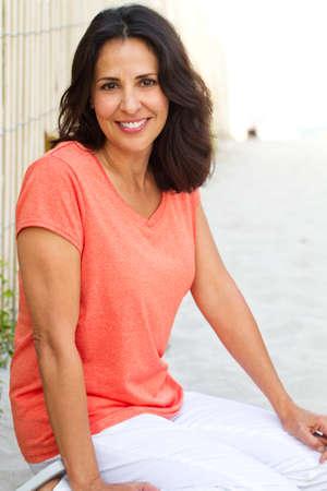 Beautiful hispanic woman smiling at the beach. 免版税图像 - 87975968
