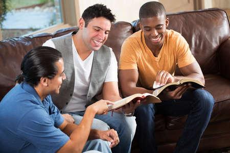 男性の小さなコミュニティ グループ。