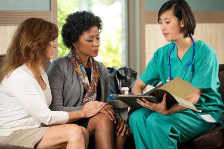 看護師は、彼女の患者の教育します。