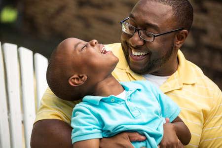 그의 아들을 포옹하는 아버지. 스톡 콘텐츠