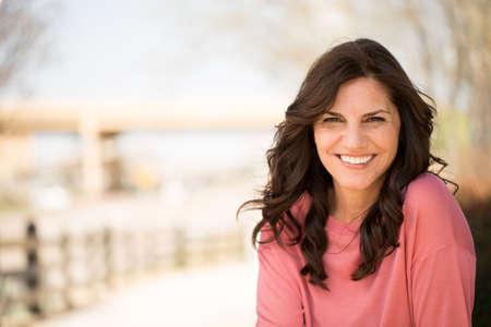 Schöne reife Frau lächelnd.