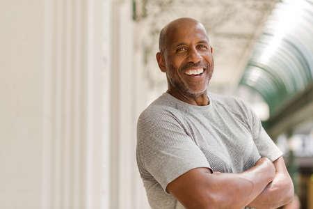 Heureux homme afro-américain mature souriant à l'extérieur.
