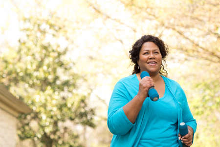 Schöne reife Afroamerikanerfrau, die lächelt und lacht. Standard-Bild