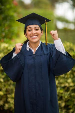 Junge hispanische Absolventin bei ihrem Abschluss