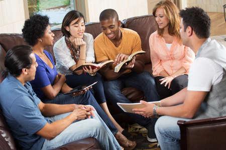 Diverse groep mensen die samen leren en studeren.