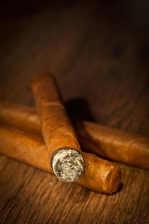 Typische Havanna-Zigarren auf Holzuntergrund
