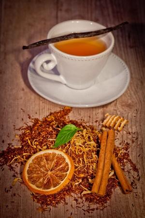tea time mit Aromen auf h�lzernen Hintergrund eingestellt Lizenzfreie Bilder