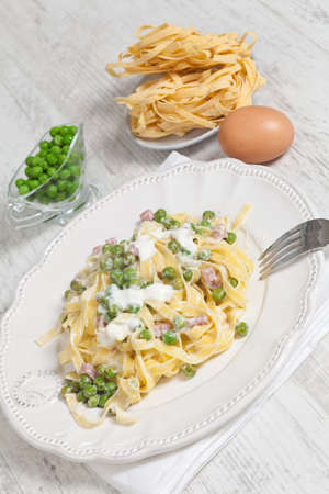 jambon: Egg noodles with cream, ham and green peas