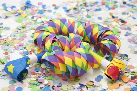 Bunte Karneval Hintergrund mit Streifen und Trillerpfeifen Lizenzfreie Bilder