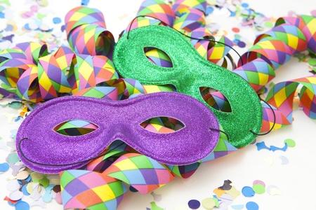 Bunter Karneval Hintergrund mit Streifen und Maske Lizenzfreie Bilder