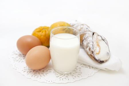 Fr�hst�ck mit frischen Eiern, Geb�ck und Milch Set Lizenzfreie Bilder