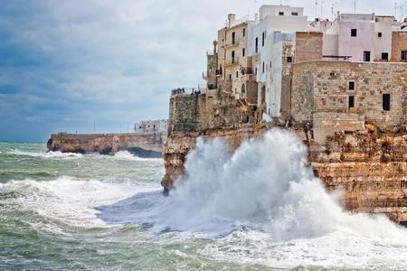 wonderfull: Sea tormenta sobre el maravilloso pueblo de Polignano en el sur de Italia