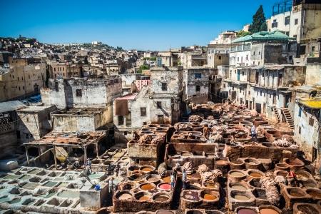 Tanners Arbeits Leder in der alten Gerberei von Fes, Marokko Standard-Bild - 22890544