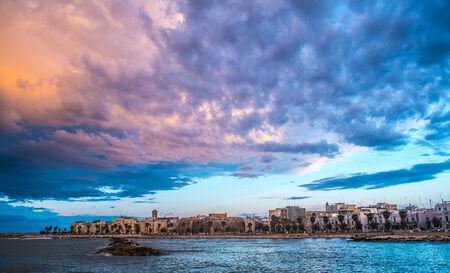 モーラ ディ バーリ、イタリアの南に曇りの風景