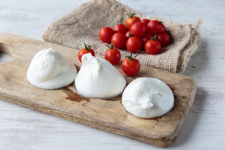 tomate cherry: Delicioso queso burrata fresca t�pica de la regi�n de Apulia, Italia