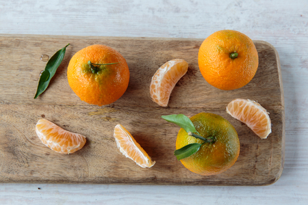 clementine: Fesh raw clementine fruits on a chopping board