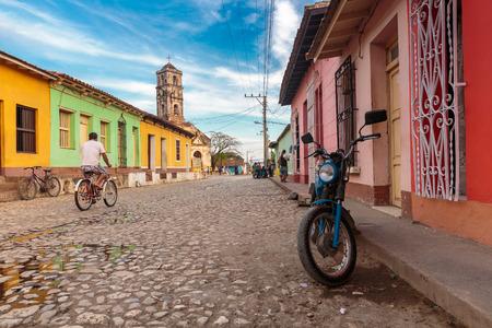 쿠바, 트리니다드에서 전형적인 오래 된 조약돌 거리