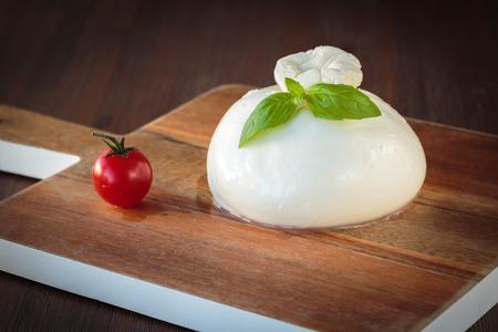 신선한 우유로 만든 맛있는 이탈리아어 Burrata 모짜렐라 치즈