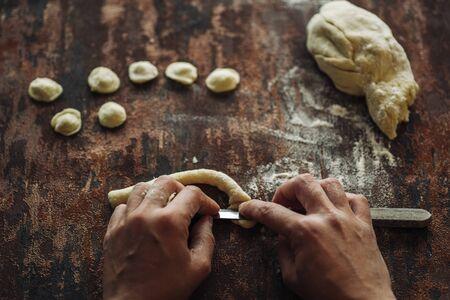 新鮮な手作り典型的なオレキエッテ パスタから南イタリア、プーリア地方