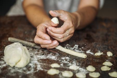 Pâtes fraîches faites à la main et typiques d'Orecchiette du sud de l'Italie, région des Pouilles