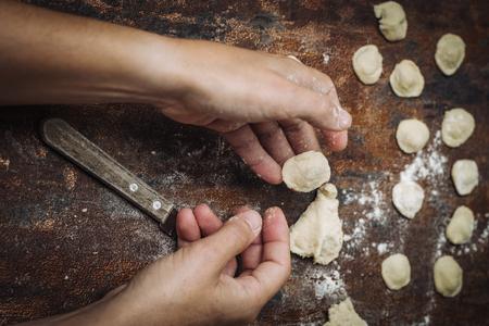 이탈리아, Puglia 지역의 남쪽에서 신선한 손수 만든 전형적인 Orecchiette 파스타