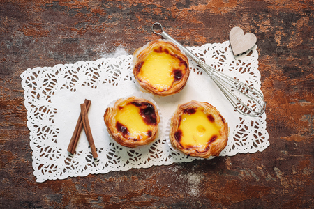 Traditional creamy pastry from Portugal, Pasteis de Nata. Banque d'images