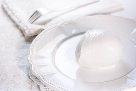 신선한 우유로 만든 맛있는 이탈리아 모짜렐라 치즈 스톡 콘텐츠 - 89829146