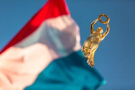 Iconic golden statue symbol of Luxembourg in Place de la Constitution Imagens