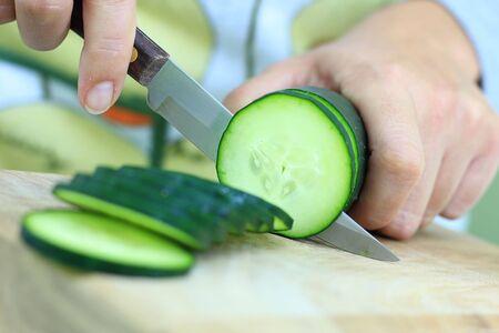 必要な野菜の鋭いナイフをスライスするには