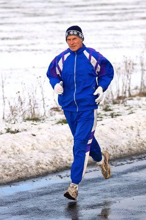 冬の競争のための訓練中上級ランナー 写真素材