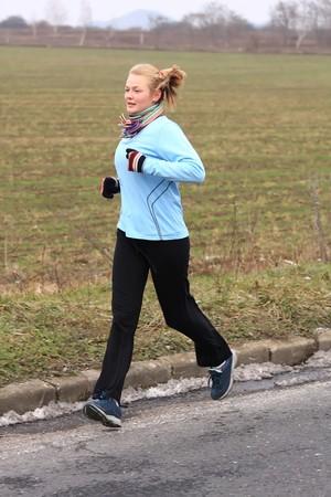 冬の競争のための訓練中の若い女の子