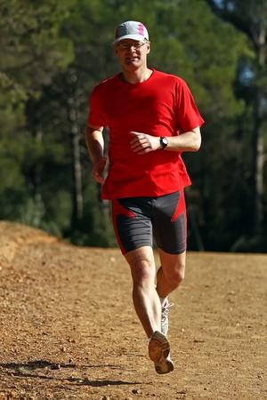 競争のためのトレーニングしながら若いランナー