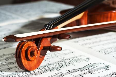 violines: Detalle de un violín hermoso con la puntuación Foto de archivo