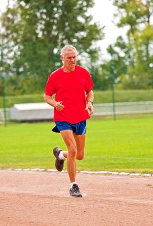 競争のための訓練中上級ランナー 写真素材