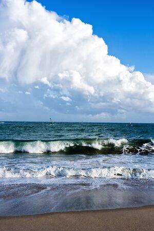 mare agitato: Forti venti prodotto onde alte