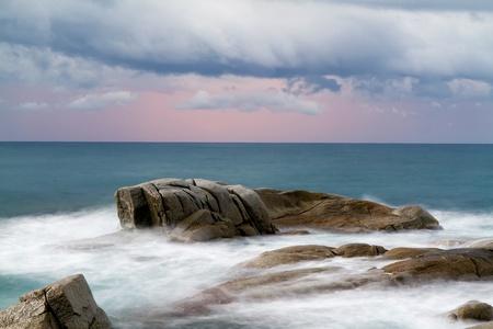 美しい朝ビーチ (コスタ ・ ブラバ, スペイン)