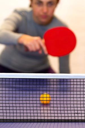 テーブル テニスをしている若い女性