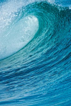 美しい青い海の波