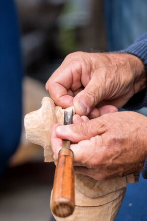 carver: Tallador h�bil trabajando en una figura peque�a Foto de archivo