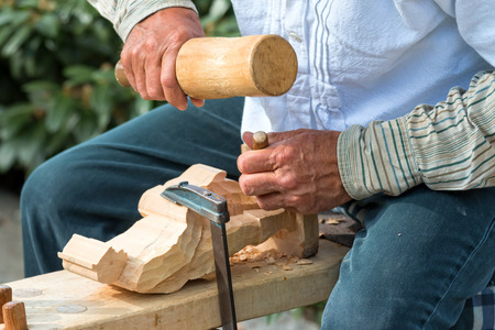 trinchante: Tallador hábil trabajando en una figura pequeña Foto de archivo